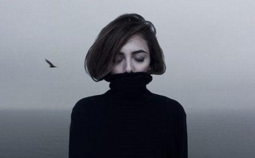 Kvinde med sort rullekrave og lukkede øjne