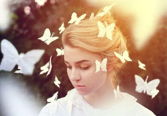 Kvinde med sommerfugle