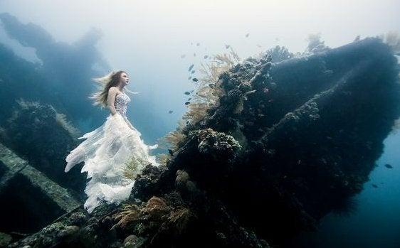 Kvinde under hav lever liv fyldt med fantasier