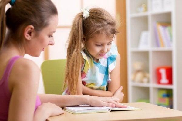 Pige lærer at læse