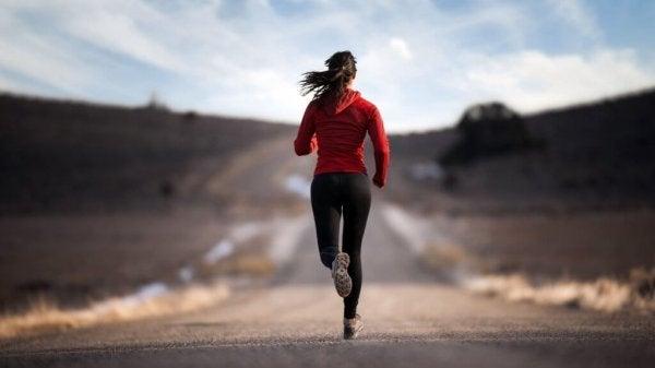Kvinde løber på vej