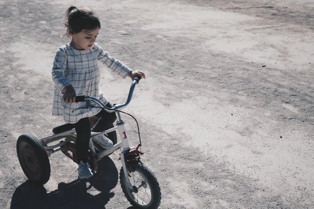 Pige leger på cykel for at undgå overvægt i barndommen