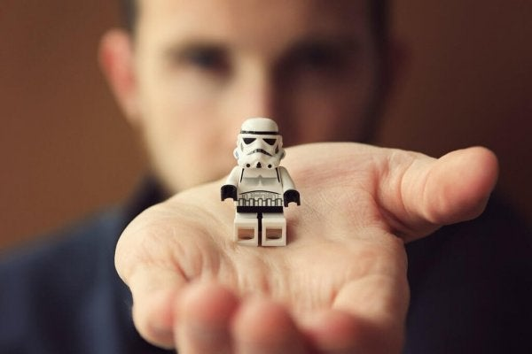 Legomand i hånd