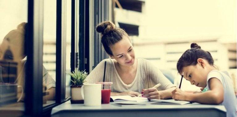 Kvinde smiler over at hjælpe med lektier
