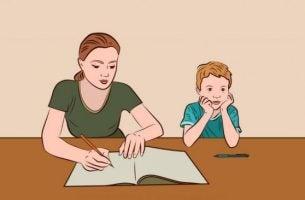 Mor vil hjælpe med lektier