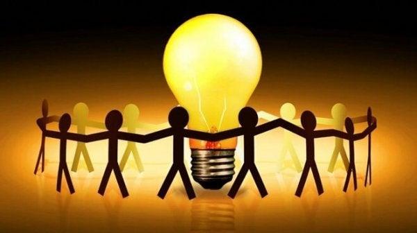 Kolleger om lyspære skaber positiv attitude på arbejdspladsen