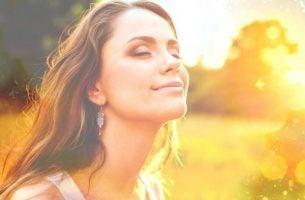 Kvinde vil snyde hjernen ved at smile