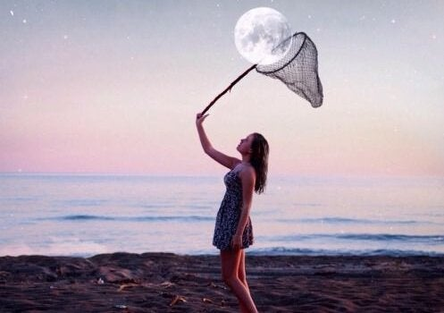 Person med fiskenet vil fange måne