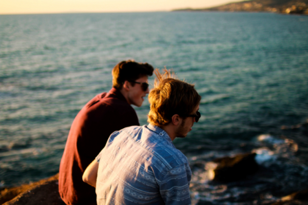To mænd ved hav