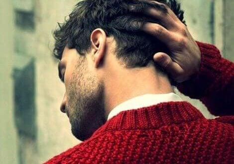 Mand rører ved sit hår
