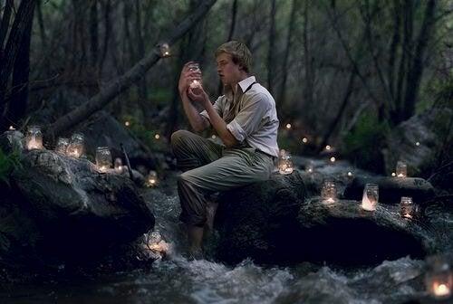 Mand i skov fyldt med lamper kan godt lide fantasier