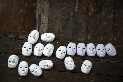 Ens masker ligger på gulv for at illustrere ansigtsblindhed