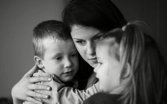 Mor i dysfunktionel familie krammer børn