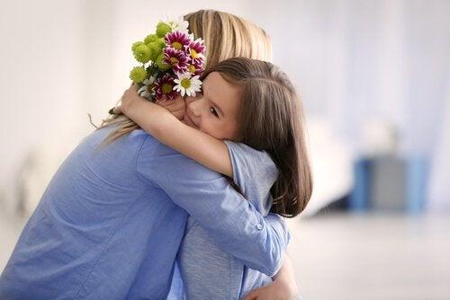Mor krammer datter i et forhold, hvor man ikke ved, om man skal være mor eller ven