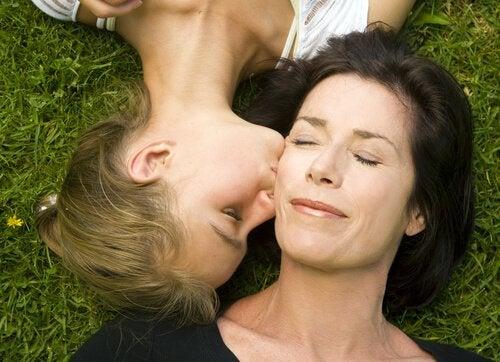 Datter kysser mor i et forhold, hvor man ikke ved, om man skal være mor eller ven