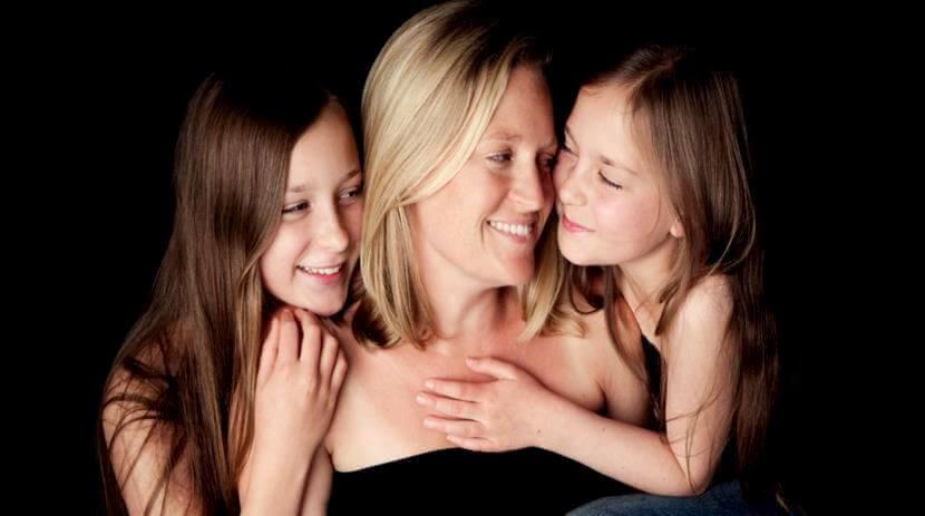 Mor og døtre smiler sammen