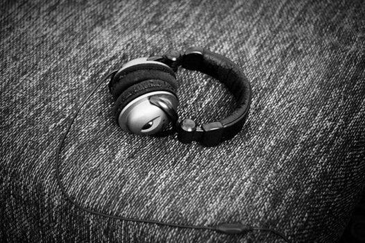Høretelefoner på sofa