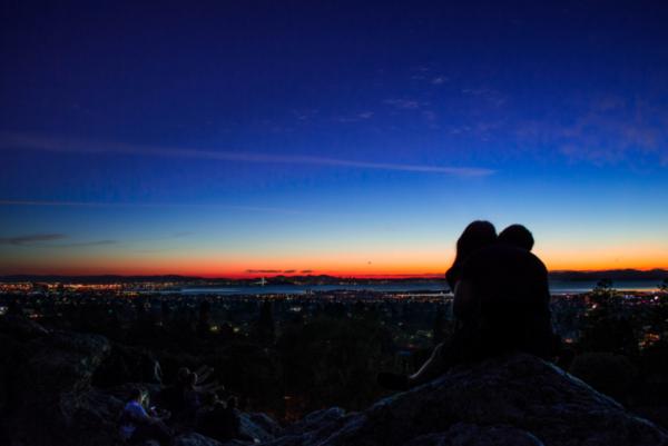 Par nyder solopgang sammen for at bekæmpe lav sexlyst