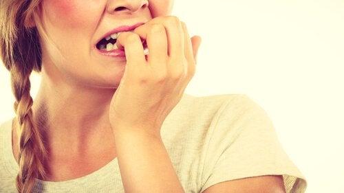 Kvinde kan ikke stoppe med at bide negle