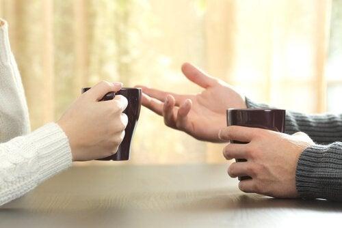 Par taler over kaffe om, hvordan man håndterer, når andre kritiserer