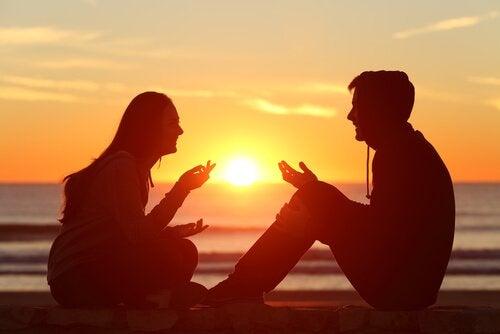 Par taler sammen foran solopgang