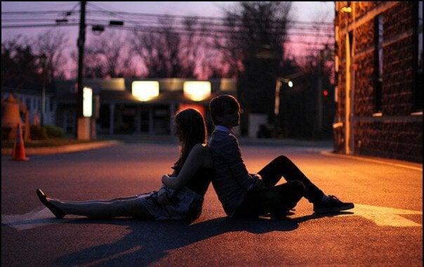 Par sidder på vej i mørke