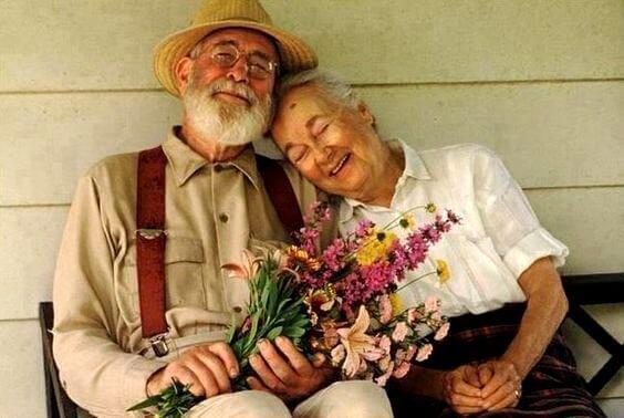 Lykkeligt ældre par