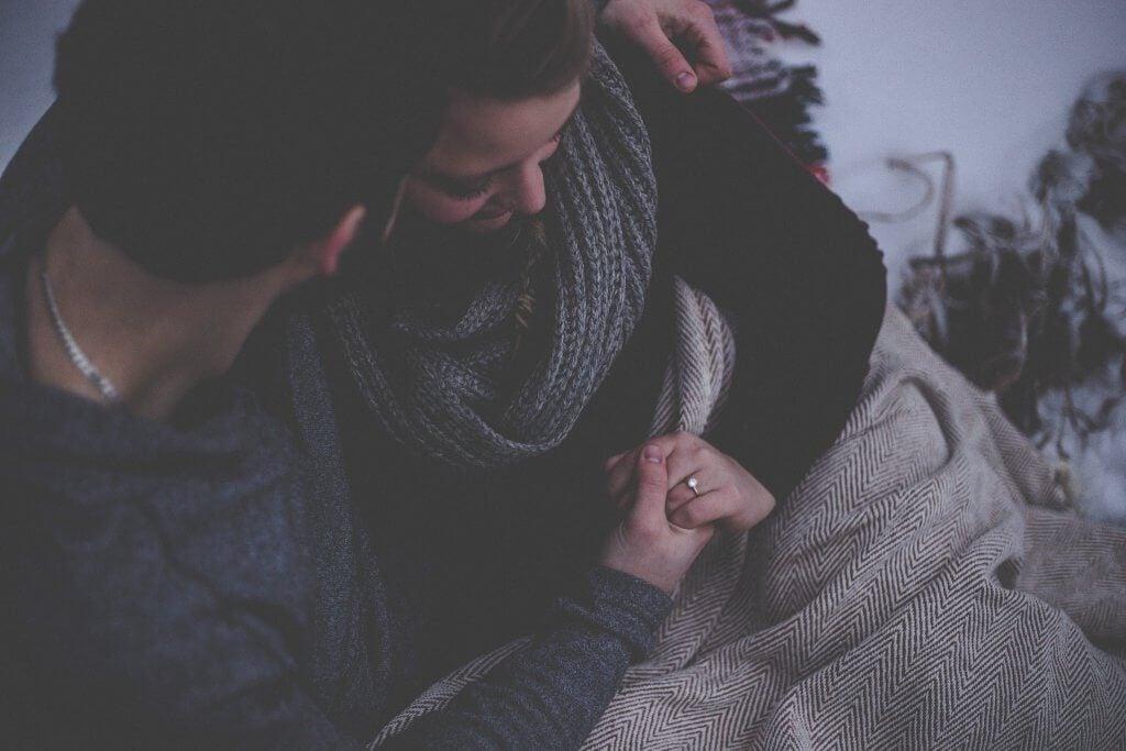 Par krammer og nyder at snakke om kærligheden