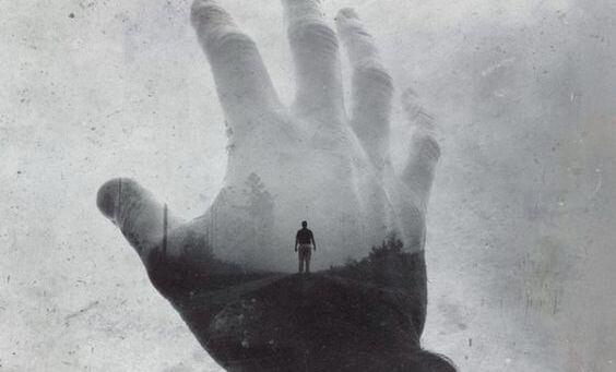 Hånd rækker ud mod person