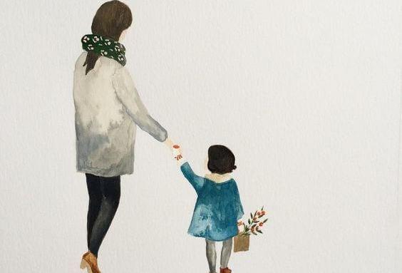 Pige går med mor i hånden
