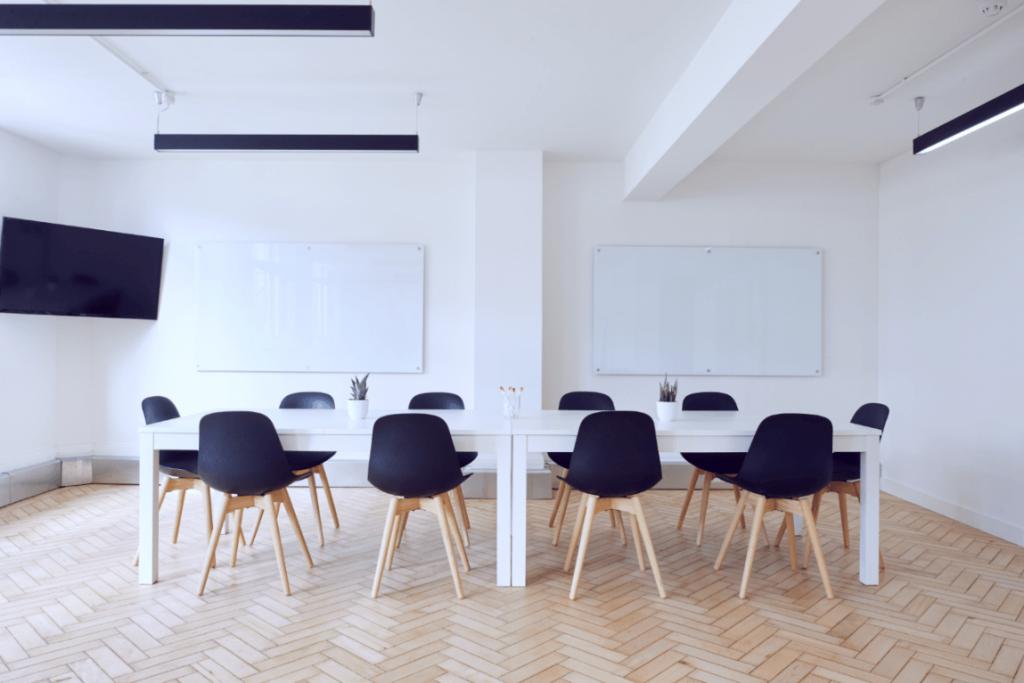 Mødelokale med tavler
