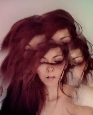 Sløret billede af kvinde, der oplever psykose