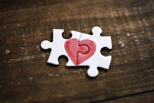 Puslespilsbrikker viser knuste hjerter