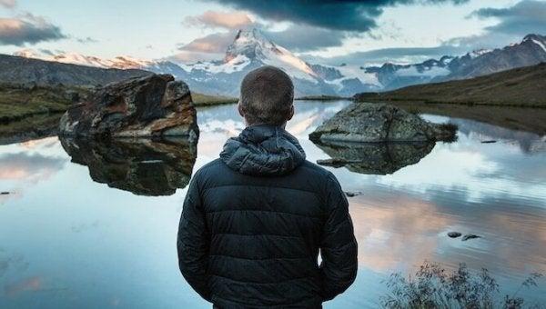 Mand foran sø udforsker verden for at blive følelsesmæssigt stærkere