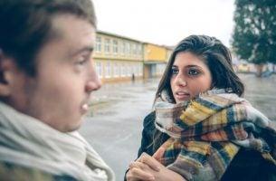 Samtale mellem kvinde og mand