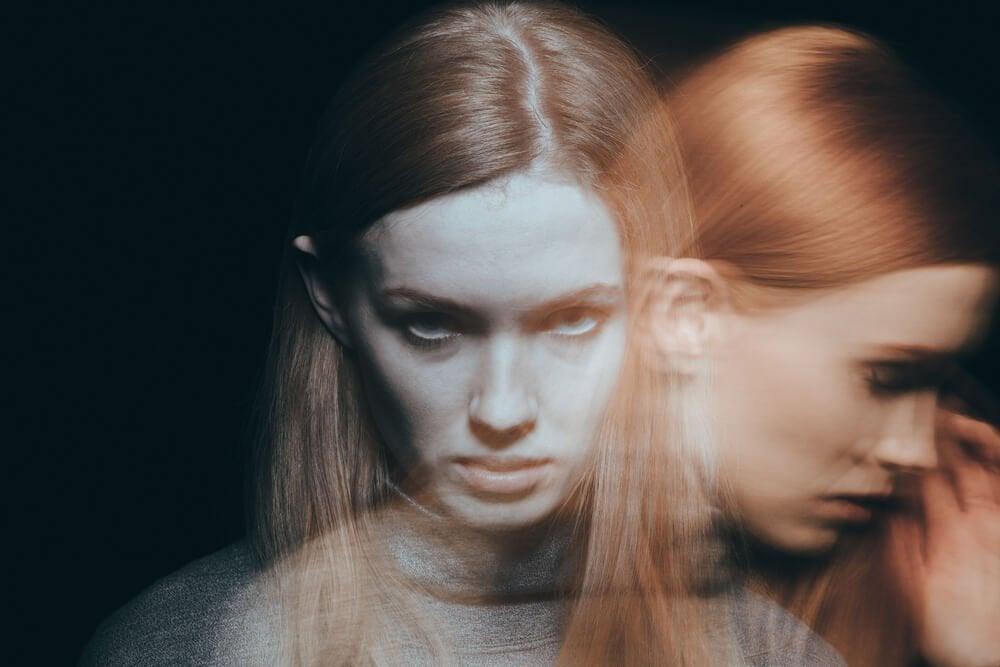 Silhuet af sløret kvinde med humørsvingninger