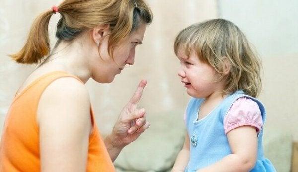 Mor skælder uelsket barn ud