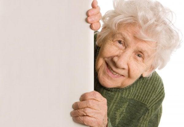 Det er vigtigt at respektere ældre, ligesom denne smilende kvinde
