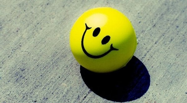 Smiley symboliserer positiv attitude på arbejdspladsen