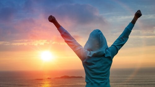 Person foran sol har sejret på grund af udholdenhed