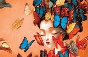Kvinde med sommerfugle om hovedet
