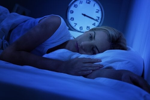 Kvinde i seng kan ikke sove