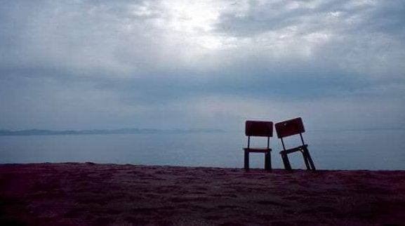 To stole foran hav illustrerer ensomhed