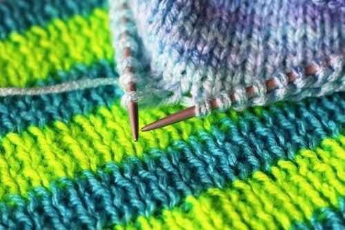 Strikning med grønt og blåt garn