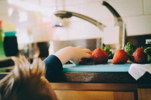 Tips til, hvordan vi lærer børn at spise sundt