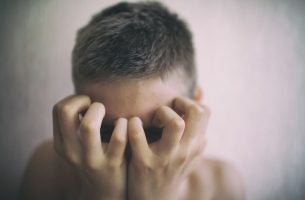 Person, der døjer med humørsvingninger, tager sig til hoved