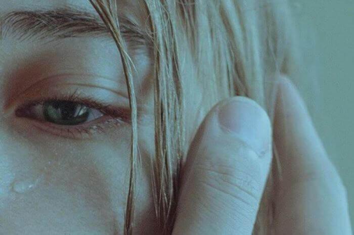 Tåre på kvindes kind er på grund af psykologisk misbrug