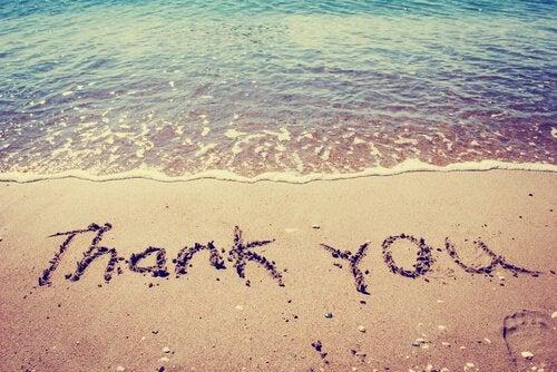 """Man kan dyrke taknemmelighed ved at skrive """"tak"""" i sandet"""