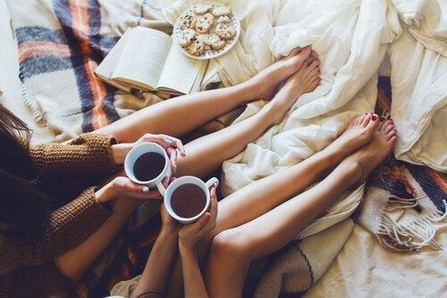 Kaffe i sengen er godt til at sidde og tale og lytte