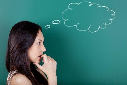 Kvinde med tænkebobel ønsker sig stærk viljestyrke